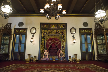 Arquitectura tradicional de Java, templo, altar para rituales con esculturas tradicionales. Surakarta, Java, Indonesia