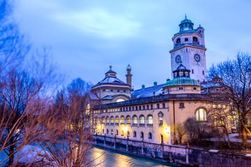 Volksbad an der Isar in München an einem frühen Wintermorgen