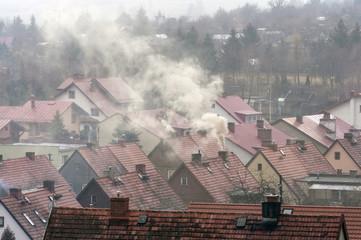 Obraz Dym nad dachami domów - fototapety do salonu