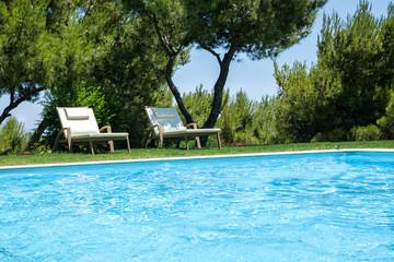 Swimmingpool mit Liegen im Grünen
