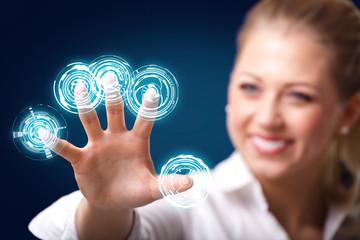 junge Frau benutzt digitales Interface