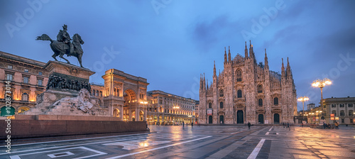 Fototapete Milan, Italy: Piazza del Duomo, Cathedral Square in the sunrise