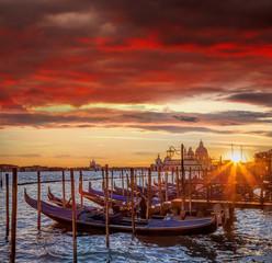 Wenecja z gondolami przeciw kolorowemu zmierzchowi w Włochy