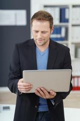 geschäftsmann hält laptop in der hand