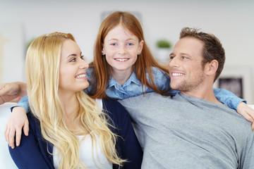 mädchen umarmt mama und papa