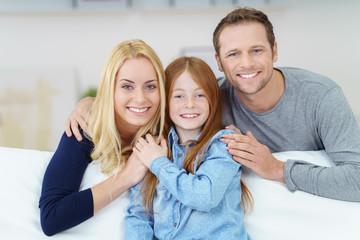 glückliche junge familie auf dem sofa