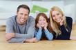 glückliche junge familie in ihrem haus