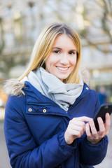 studentin zufreiden mit smartphone