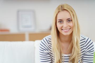 schöne junge frau mit blonden haaren schaut in die kamera