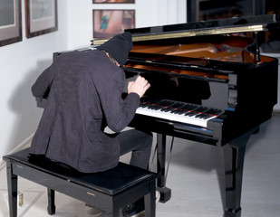 pianist play music on piano