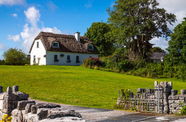 Ireland, Calway, traditional country houses in the Dunguaire castle area