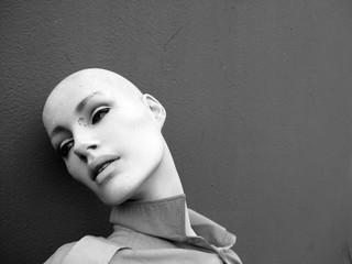 Kopf einer Schaufensterpuppe, schwarz-weiß