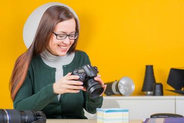 frau erfreut sich ihrer bilder auf digitalkamera