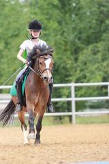 Mädchen reitet ihr Pony