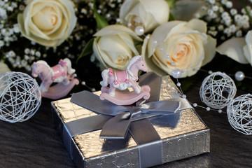Fototapete - Geschenk mit Schaukelpferd und Rosen