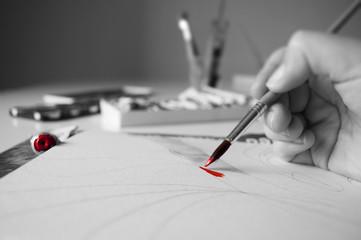 Pittura, creazione, arte, artista a lavoro. Foto in bianco e nero con particolare a colori.