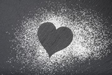 forma di cuore su pietra di ardesia con zucchero a velo