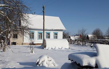 дачный участок в солнечный день зимой под снегом