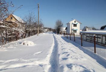 зимняя тропинка по сугробам в дачном поселке