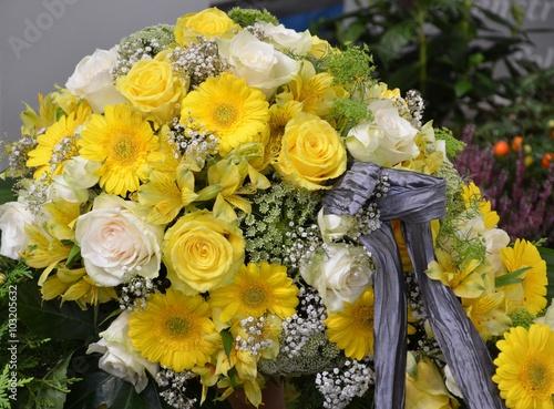 gelbe und wei e rosen gerbera und lilien im blumenstrau mit trauerschleife zur beerdigung. Black Bedroom Furniture Sets. Home Design Ideas