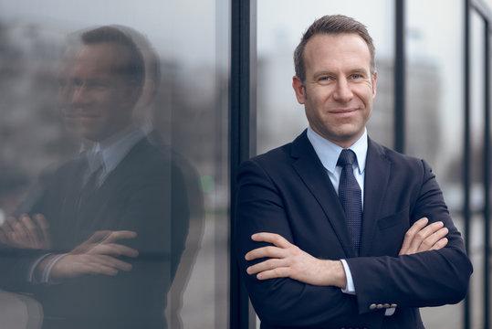 Selbstbewußter Geschäftsmann in einem blauen Anzug blickt in die Kamera