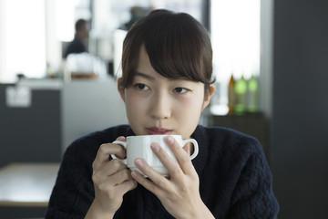 若い女性 カフェで寛ぐ