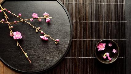 桃の花と小鉢と黒いおぼん
