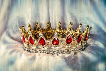 Krone auf Samt mit Struktur und Farbeffekt, Struktur und  Unschärfeeffekt