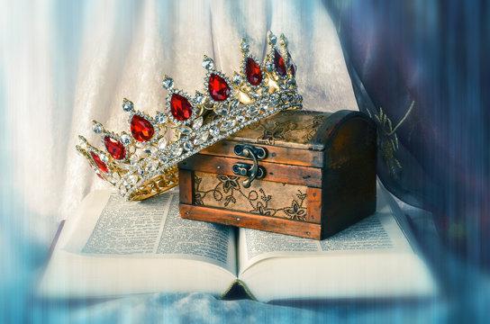 Aufgeschlagene Bibel mit Schatz und Krone mit Farbeffekt, Struktur und  Unschärfeeffekt