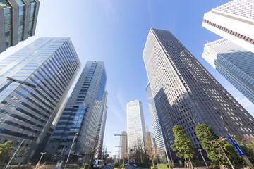 東京都市風景 超広角 ローアングル 新宿高層ビル群 快晴 青空