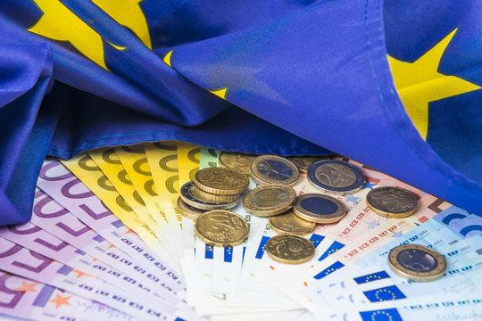 Geld unter Europaflagge