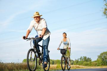 Paar Senioren beim Radfahren mit Fahrrad