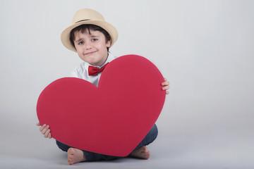 niño feliz con un corazón rojo