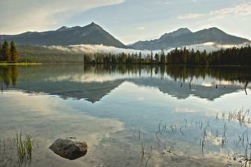 Foto auf Leinwand Reflexion Sawtooth mountain peaks of Idaho reflected in the calm water of a lake