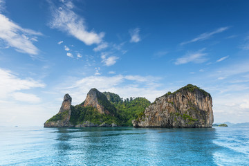 Foto auf Leinwand Insel Thailand Chicken Head island cliff over ocean water during tourist boat trip in Railay Beach resort