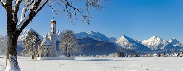 Wall Mural - Panorama Winterlandschaft in Bayern mit Wallfahrtskirche St. Coloman