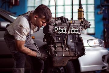 Man repairing broken engine Fototapete