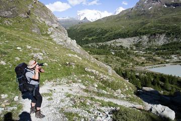 Fototapeta Fotograf podczas trekkingu robi zdjęcia obraz