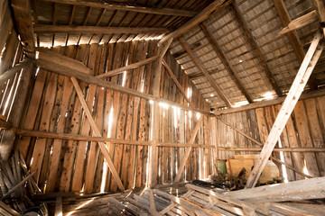 Holzscheune mit Lichteinfall von Innen