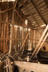 Holzscheune mit Lichteinfall von Innen, hochkant