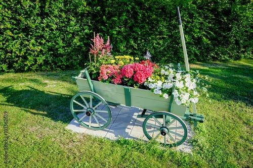 Gartendekoration sch n bepflanzter holz bollerwagen - Gartendekoration holz ...