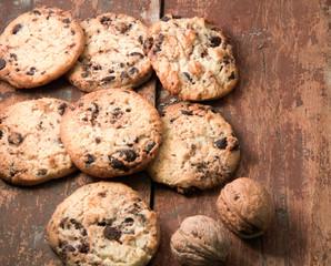 Домашнее круглое печенье с двумя орехами на коричневом столе