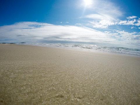 Praia deserta em dia de sol