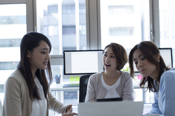 Three women have a meeting at the office
