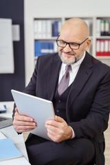 unternehmer liest nachrichten am tablet