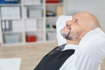 entspannter manager am arbeitsplatz