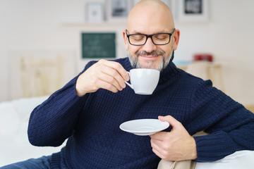 mann genießt eine kaffee zu hause
