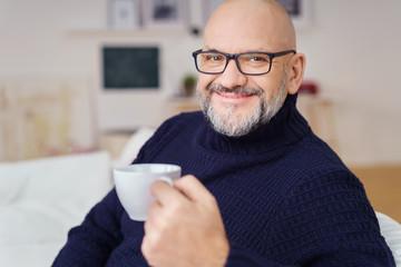 mann trinkt eine tasse kaffee zu hause