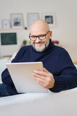 älterer mann informiert sich im internet