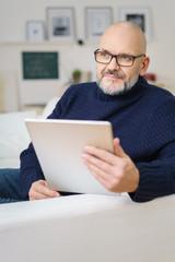kreativer mann mit tablet